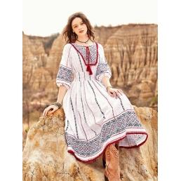 Белое платье Artka с резинкой на поясе и этническим орнаментом