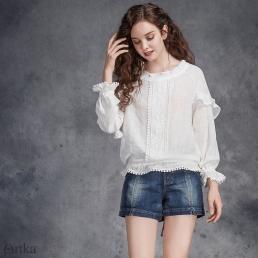 Нежная хлопковая блузка Artka с вышивкой-дорожкой и оборками на рукавах