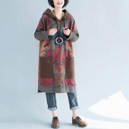 Платье-толстовка с накладными карманами и рисуном розы (коричневый)