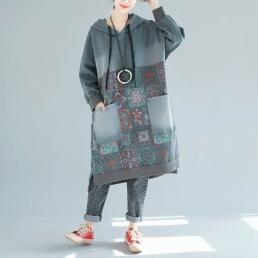 Платье-толстовка с накладными карманами и рисунком пэчворк (серый)