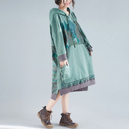 Платье-толстовка с большим карманом и орнаментом сзади