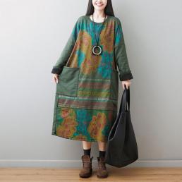 Утепленное платье с накладными карманами