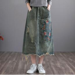 Джинсовая юбка с бахромой и вышивкой на кармане